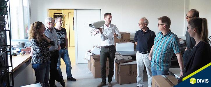 Vertriebsleiter Hendrik Reger erklärt Hardware der DIVIS-Lösungen